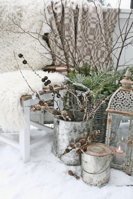 Outdoor winter party ideas: Blanket and other outdoor decorating materials