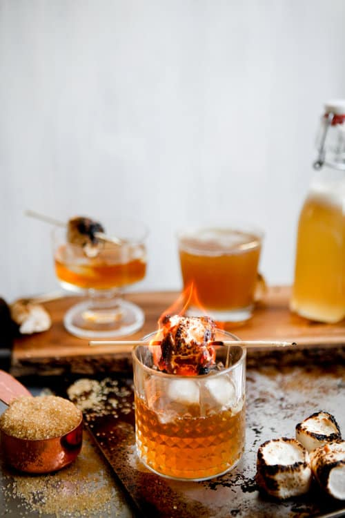 Outdoor winter party ideas: Campfire cocktail with whiskey and marshmallow syrup