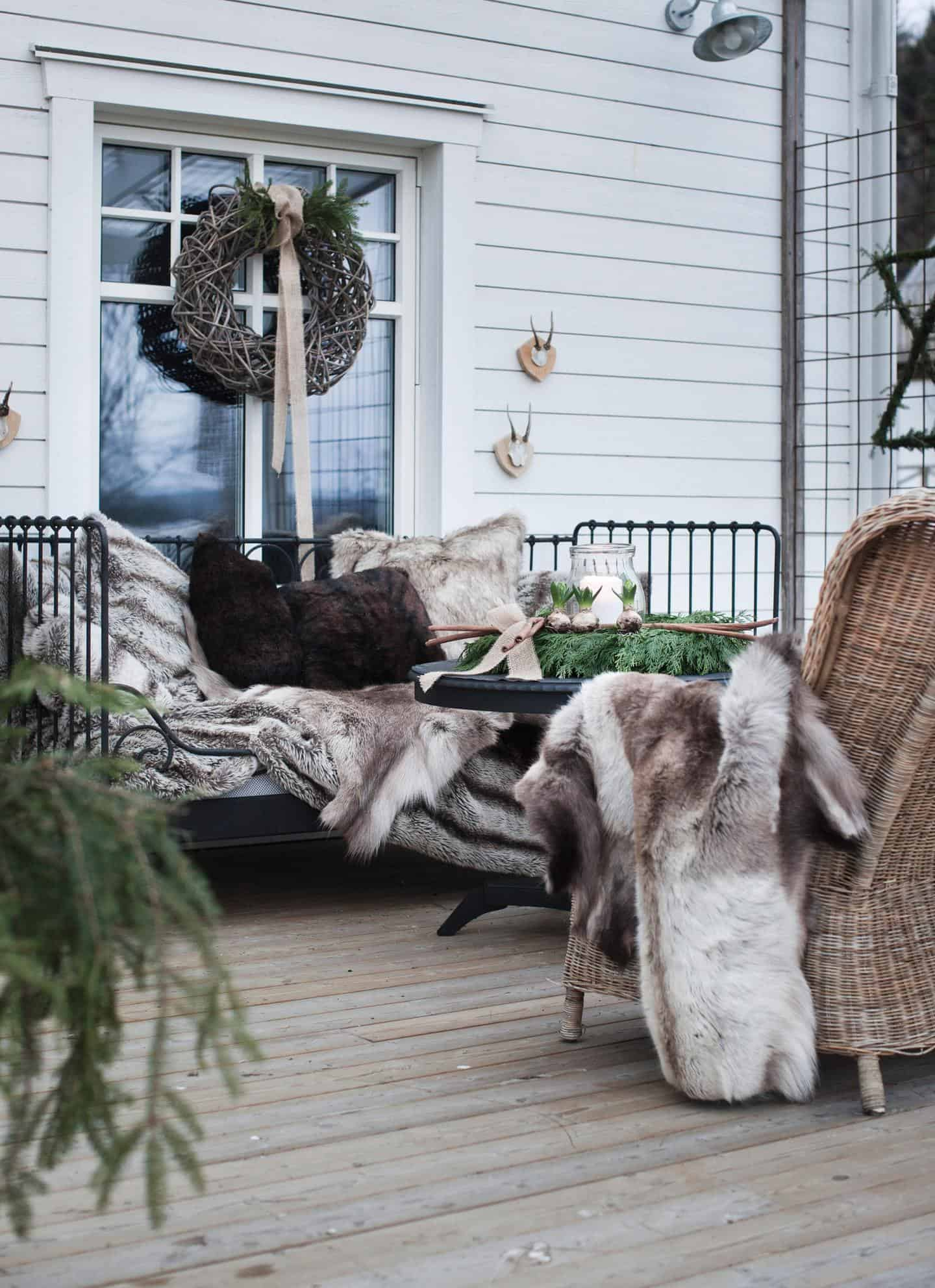 Outdoor winter party ideas: Fur pillow covers for outdoor furniture decor