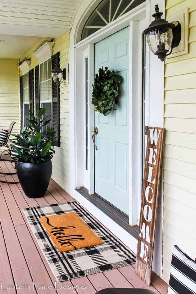 Curb appeal: Add cheerful layered doormats next to your front door #frontDoor #frontDoorDecor #doormat #curbAppealProjects #curbAppeal #patio #frontDoorWreath