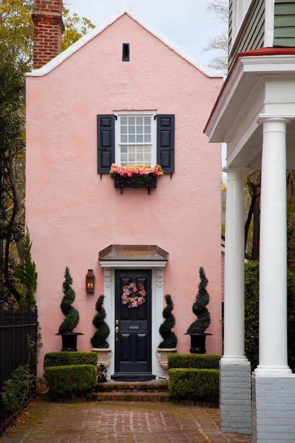 Curb appeal: Match your door wreath with plants in your flower boxes #frontDoor #frontDoorDecor #frontDoorWreath #flowerbox  #curbAppealProjects #curbAppeal #houseExterior #homeExterior #homeExteriorIdeas #houseDesign