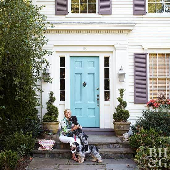 Curb appeal: Paint your front door  #frontDoor #frontDoorDecor #curbAppealProjects #curbAppeal #houseExterior #homeExterior #homeExteriorIdeas #houseDesign