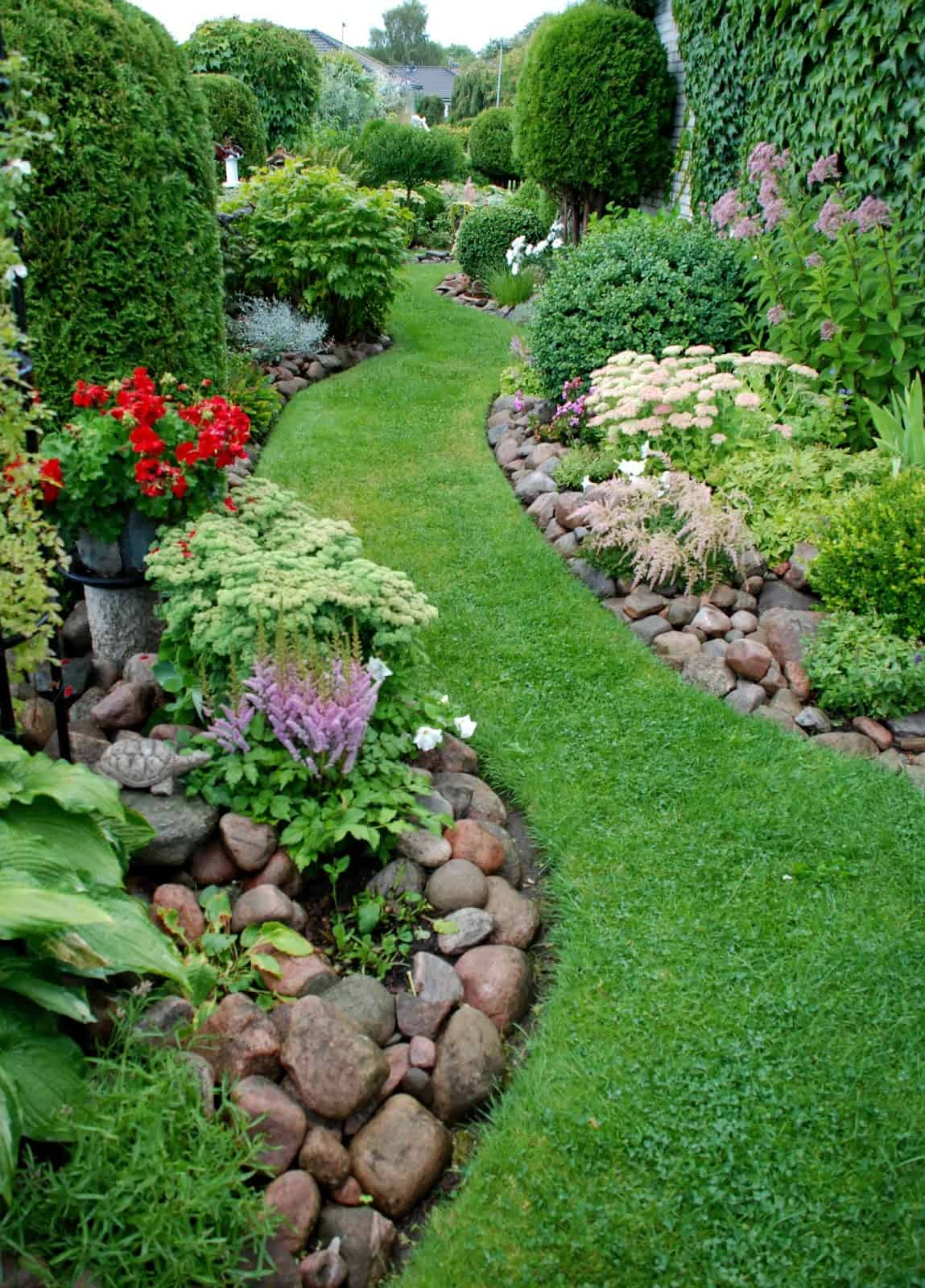An easy curb appeal tip: Build berms #curbAppeal #landscaping #backyard #backyarddesign  #backyard #garden