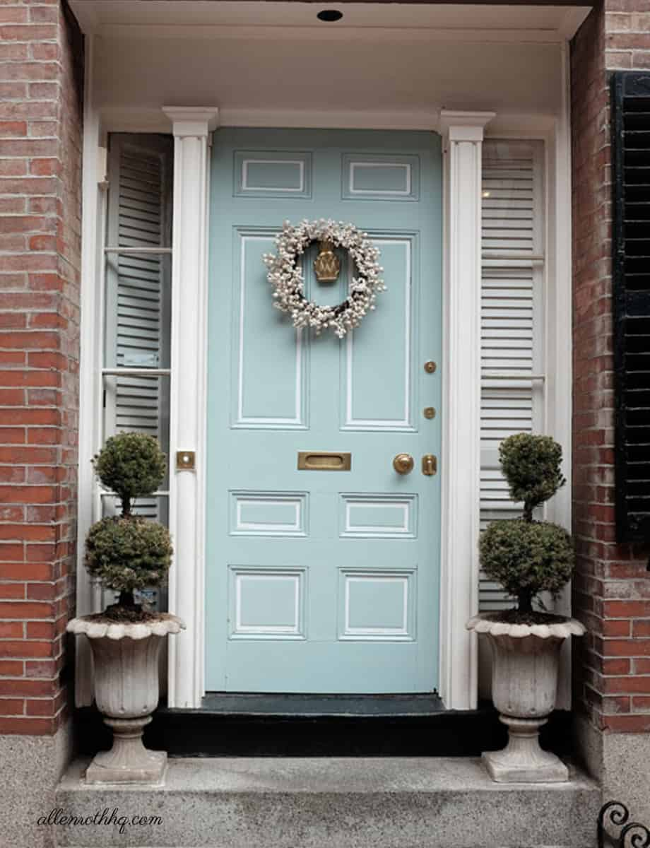 Curb appeal: Hang a pretty door wreath on your front door #frontDoorWreath #frontDoor #frontDoorDecor  #curbAppealProjects #curbAppeal #houseExterior #homeExterior #homeExteriorIdeas