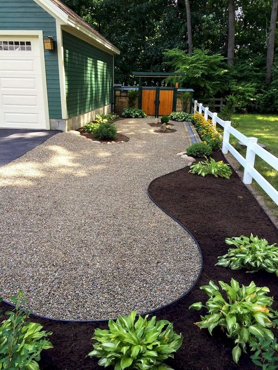 Landscaping ideas with mulch and rocks: Mulch at the borders allows for planting areas