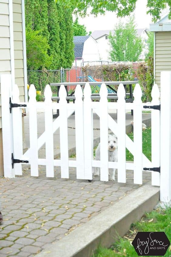 white picket gate #fenceGate #fence #gardenfence #gardenfenceideas #privacyfenceideas #privacyfence #backyardLandscaping #backyardLandscapingIdeas #landscaping #gardenfence #gardenfenceideas #privacyfenceideas