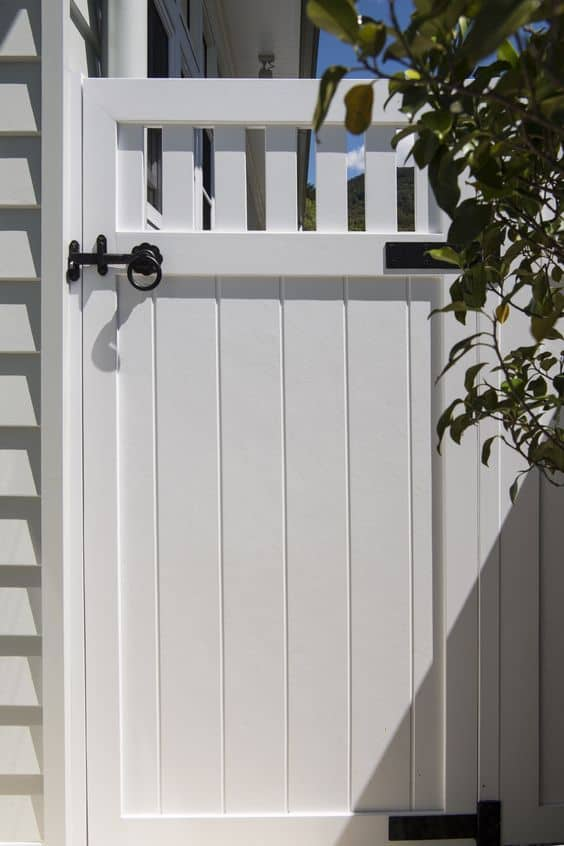 solid white door at the side of a house#fenceGate #fence #gardenfence #gardenfenceideas #privacyfenceideas #privacyfence #backyardLandscaping #backyardLandscapingIdeas #landscaping #gardenfence #gardenfenceideas #privacyfenceideas