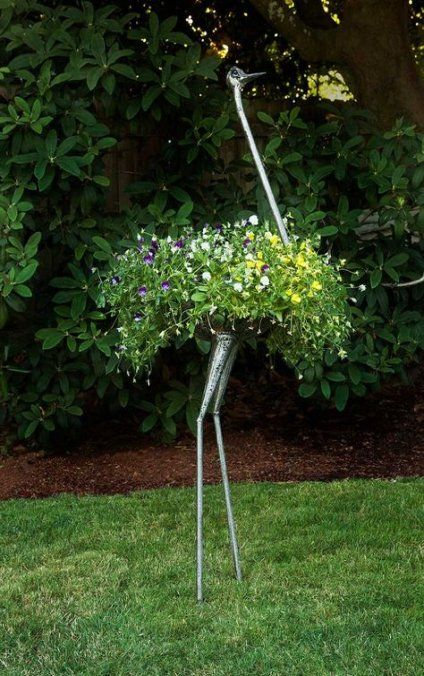 Metal art sculpture in a shape of a bird #gardenSculptureIdeas #garden #landscaping #metal