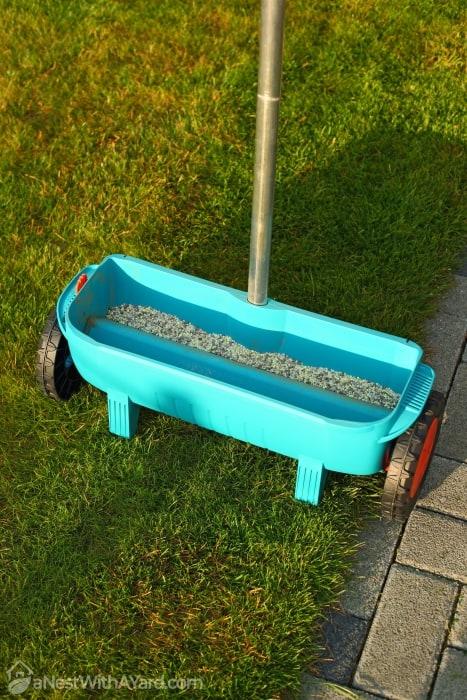 Broadcast Spreader to fertilize lawn