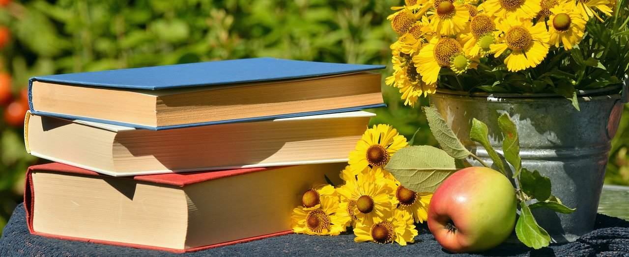 15 Of The Best Gardening Books for Beginners #aNestWithAYard #book #gardenBook #backyardGarden #garden #gardening #gardenTips #gardencare
