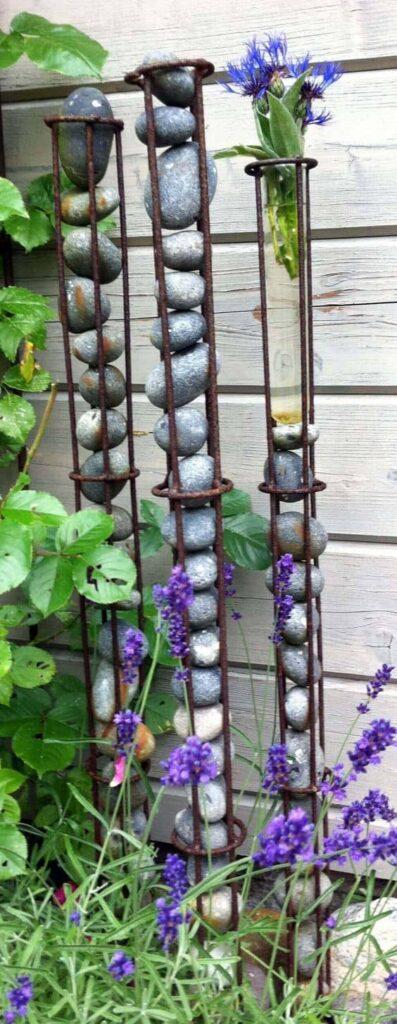 pebbles in vertical wire containers #gardenSculptureIdeas #garden #landscaping #pebbles
