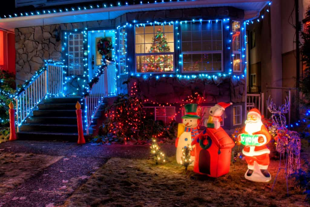 What Christmas decorations should I put outside my house fi