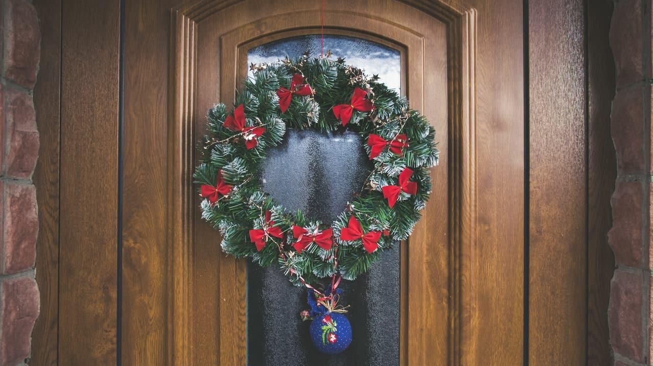 Making a door swag? Wait till you see this excellent Christmas decoration video #winter #frontDoor #frontDoorDecor #doorSwag #homeDecor