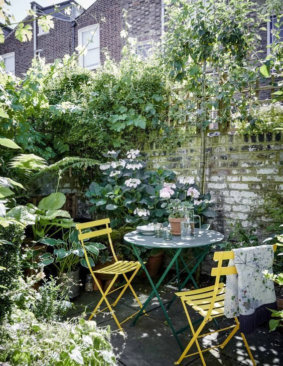 a nice eating spot in the garden on a patio #patio #smallGarden #SmallGardenDesign #smallyardlandscaping #gardenIdeas #backyardLandscaping #backyardLandscapingIdeas #landscaping