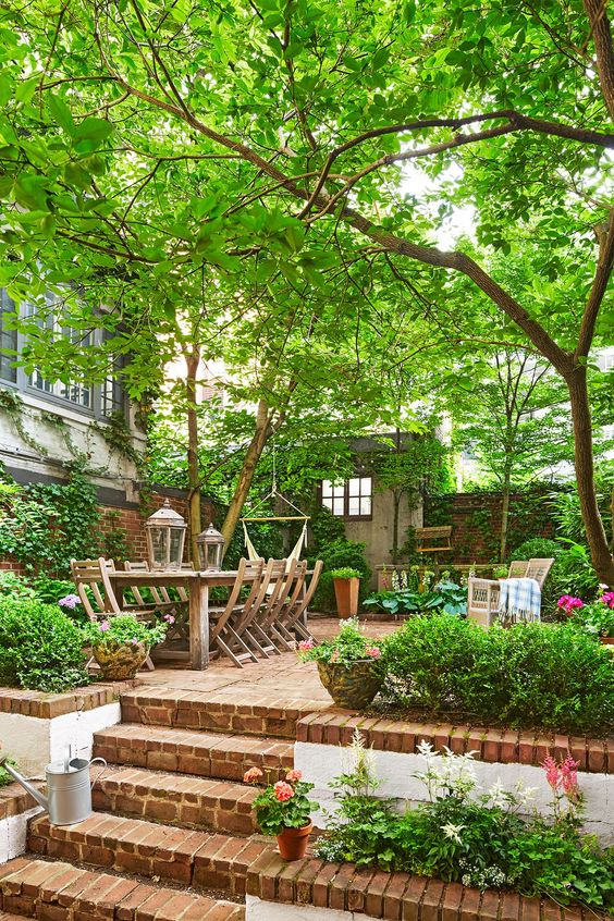 A small garden with an outdoor dining room  #smallGarden #SmallGardenDesign #smallyardlandscaping #gardenIdeas #backyardLandscaping #backyardLandscapingIdeas #landscaping