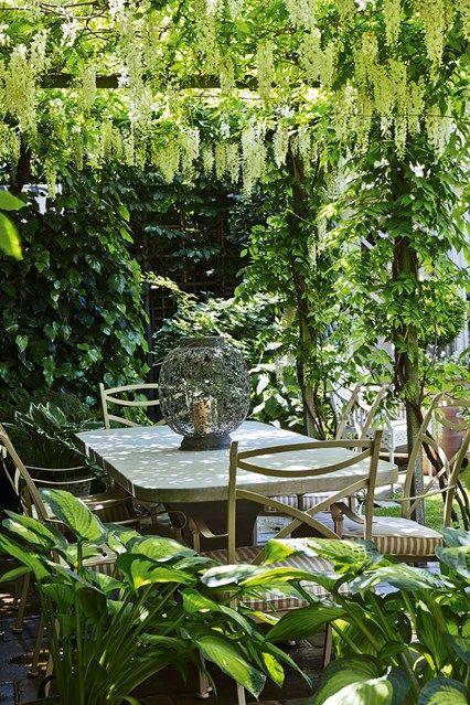A small backyard garden relaxing outdoor dining room under a pergola  #smallGarden #SmallGardenDesign #smallyardlandscaping #gardenIdeas #backyardLandscaping #backyardLandscapingIdeas #landscaping